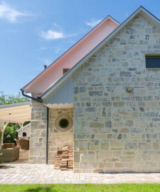 Die Steinoptik-Wandfliesen von BrigitteHome ergeben ein ruhiges und elegantes Bild mit klaren Konturen. Aufgrund der vier verschiedenen Steinformate eignen sich die Fliesen ideal zur Gestaltung von Mauern/Zäune, Haussockel, und großzügigen Hauswände. Seine Optik gleicht jener eines gesägten Natursteins. Hochwertig selektierte Naturrohstoffe verleihen der Oberfläche eine einzigartige Exklusivität.