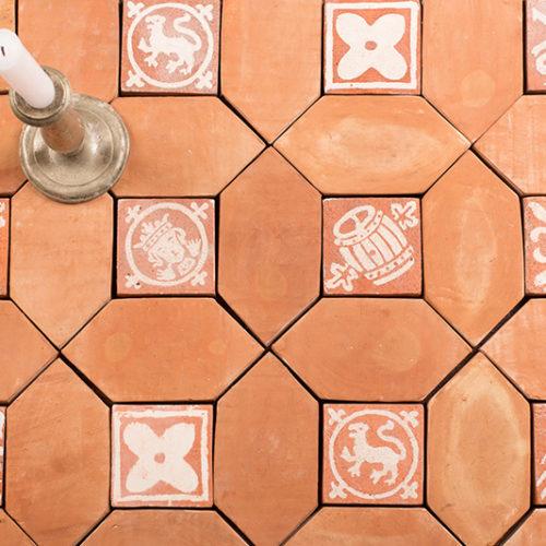 Hochwertige Designe Keramikfliese. Die Schönheit handgefertigter Fliesen besteht darin, dass jede Fliese ein Unikat ist, mit kleine Abweichungen in Größe und Farbe. Man kann die als Wandverkleidung sowie als Beläge für den Boden, Arbeitsflächen, Fenstersimse und andere Flächen im Innen-wie Außenbereich verwendet. Alle unsere Fliesen und Kacheln sind reine Handarbeit.