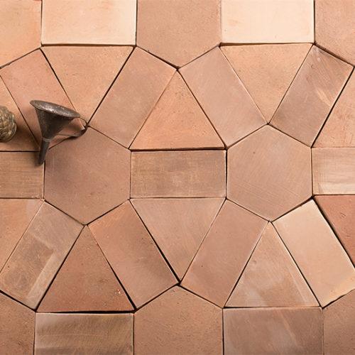 Hochwertige Designe Keramikfliese von BrigitteHome. Die Schönheit handgefertigter Fliesen besteht darin, dass jede Fliese ein Unikat ist, mit kleine Abweichungen in Größe und Farbe. Man kann die als Wandverkleidung sowie als Beläge für den Boden, Arbeitsflächen, Fenstersimse und andere Flächen im Innen-wie Außenbereich verwendet. Alle unsere Fliesen und Kacheln sind reine Handarbeit.