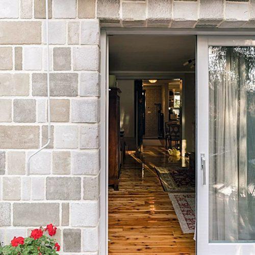 Die Wandfliese von BrigitteHome ergibt ein ruhiges und elegantes Bild mit klaren Konturen. Aufgrund der vier verschiedenen Steinformate eignen sich die Fliesen ideal zur Gestaltung von Mauern/Zäune, Haussockel, und großzügigen Hauswände. Seine Optik gleicht jener eines gesägten Natursteins. Hochwertig selektierte Naturrohstoffe verleihen der Oberfläche eine einzigartige Exklusivität.
