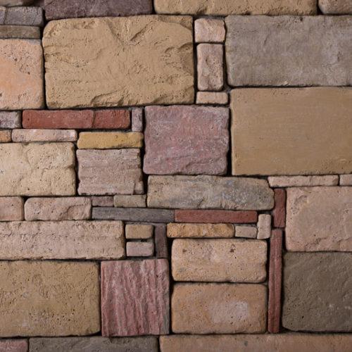 Die Wandfliesen von BrigitteHome ergeben ein ruhiges und elegantes Bild mit klaren Konturen. Aufgrund der vier verschiedenen Steinformate eignen sich die Fliesen ideal zur Gestaltung von Mauern/Zäune, Haussockel, und großzügigen Hauswände. Seine Optik gleicht jener eines gesägten Natursteins. Hochwertig selektierte Naturrohstoffe verleihen der Oberfläche eine einzigartige Exklusivität.
