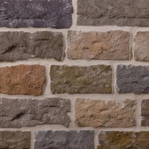 Die Ecksteine von BrigitteHome ergeben ein ruhiges und elegantes Bild mit klaren Konturen. Aufgrund der vier verschiedenen Steinformate eignen sich die Fliesen ideal zur Gestaltung von Mauern/Zäune, Haussockel, und großzügigen Hauswände. Seine Optik gleicht jener eines gesägten Natursteins. Hochwertig selektierte Naturrohstoffe verleihen der Oberfläche eine einzigartige Exklusivität.