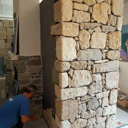 Steinoptik von BrigitteHome ergeben ein ruhiges und elegantes Bild mit klaren Konturen. Aufgrund der vier verschiedenen Steinformate eignen sich die Fliesen ideal zur Gestaltung von Mauern/Zäune, Haussockel, und großzügigen Hauswände. Seine Optik gleicht jener eines gesägten Natursteins. Hochwertig selektierte Naturrohstoffe verleihen der Oberfläche eine einzigartige Exklusivität.